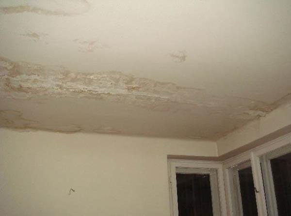 пристально затопили соседи чем закрасить потолок был