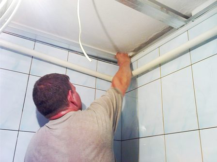 Подвесной потолок в ванной