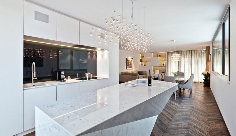 Хрустальная люстра в интерьере кухни