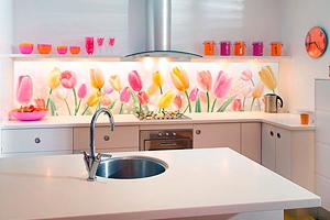 Скинали – яркая стеклянная защита современной кухни