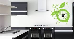 Настенные часы в интерьере кухни