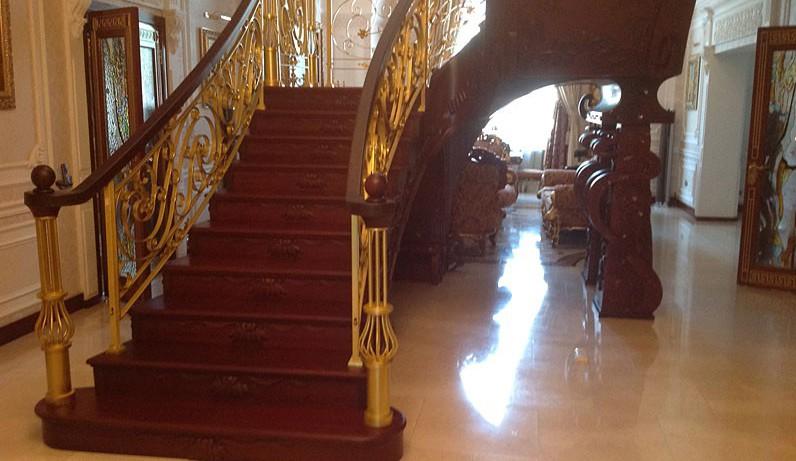 Лестницы из красного дерева