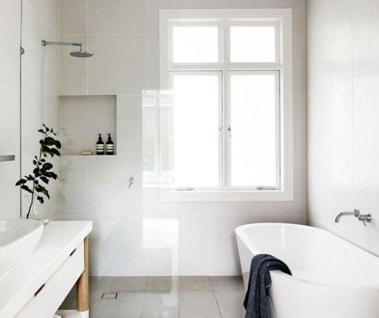 Ванная комната с окном: несколько классных примеров и идей