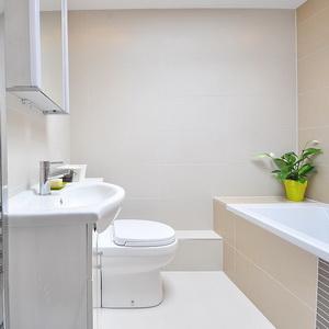 Ванная комната в королевском цвете