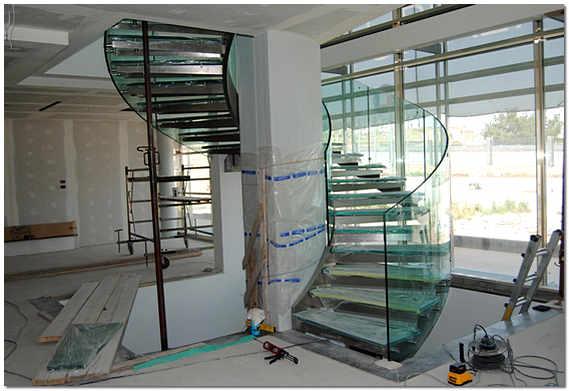 Стеклянная лестница – инновационный элемент дизайна интерьера: прочность, изысканность и красота