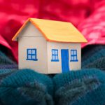 Как повесить гирлянду на окно: способы крепления и виды гирлянд