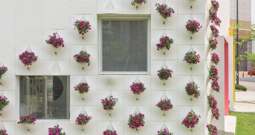 Фасад дома со встроенными цветочными горшками