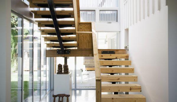 Преимущества использования деревянных лестниц в интерьере