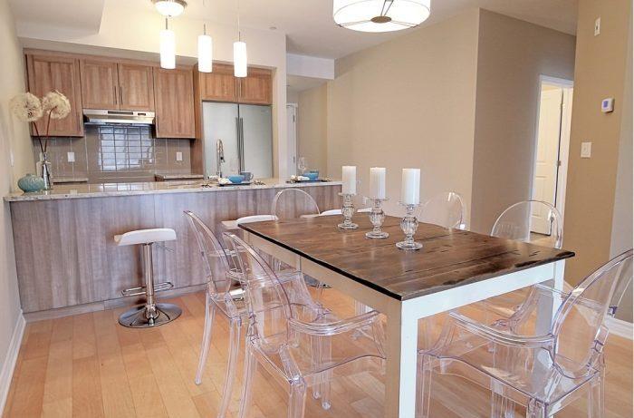 Прозрачные стулья в интерьере квартиры