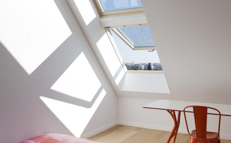 Всё о мансардных окнах: что выбрать, как поставить и чем дополнить
