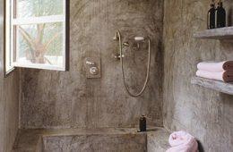 Отделка стен, душевое ограждение, мебель: натуральные материалы