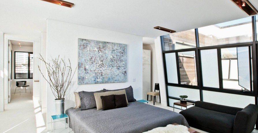Достойный отдых и тихий сон: комфортная спальня в современном стиле, удачные дизайнерские решения