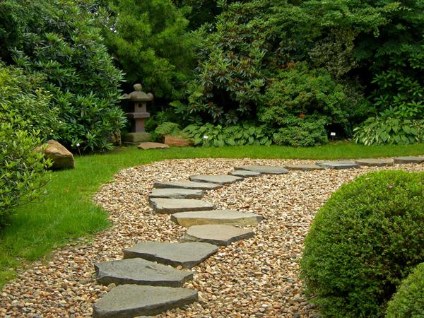 Садовые дорожки в загородных домовладениях