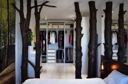 Интерьер двушки с собственным лесом и прозрачными стенками санузла