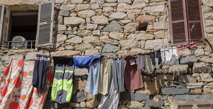 Как сушить бельё, чтобы не мешать соседям и не портить фасад дома?