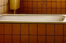 Как убрать желтый налет с поверхности ванны?